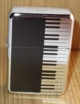 """Aansteker   """" Piano """"   Zwart / zilverkleurig"""