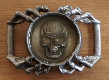 "Belt buckle  "" Doodskop in glas in handen """