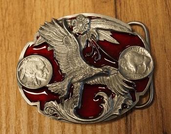 """Buckle  """" Adelaar met munten """"  rood / zilverkleurig"""