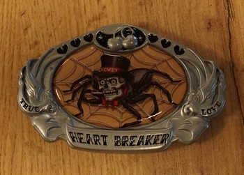 """Buckle  """" True heart breaker love """"  spin met hoge hoed"""