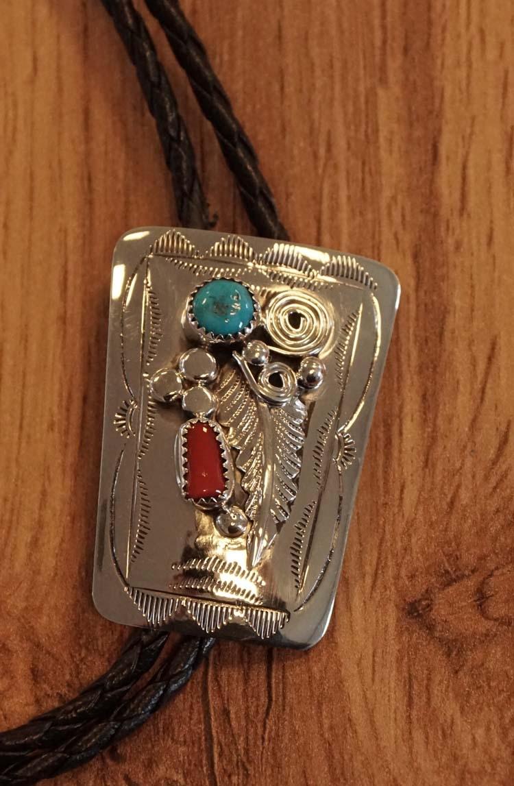 """925 zilveren bolo tie  """" Veer met rode / turquoise stenen """""""
