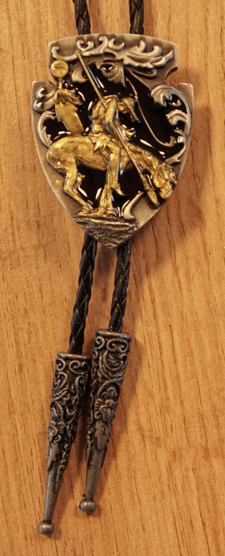 "Bolo tie  "" End of the trail ""   goudkleurig / zwart"