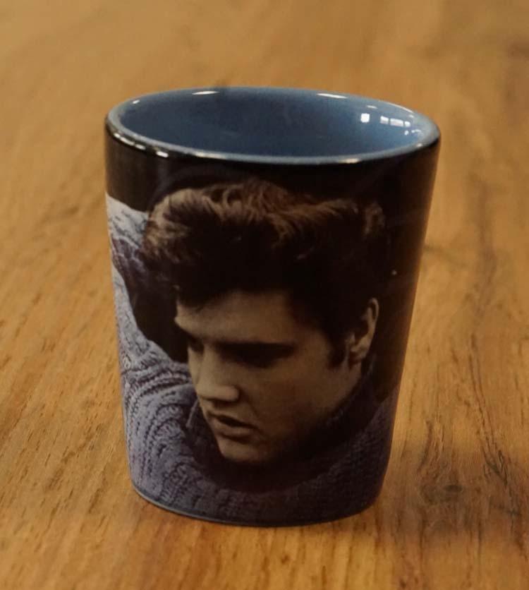 """Borrelglas / beker  """" Elvis Presley """" blauwe trui"""