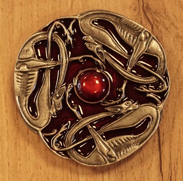 """Buckle  """" 3 keltische slangen """"  nikkelkleurig / rood"""