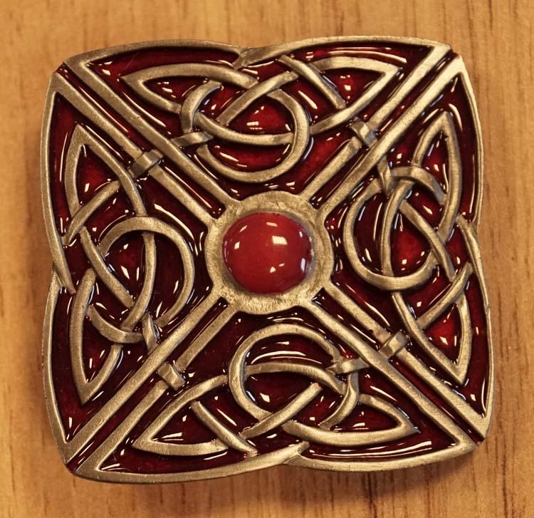 """Buckle  """" 4-delige knoop """" nikkelkleurig / rood"""