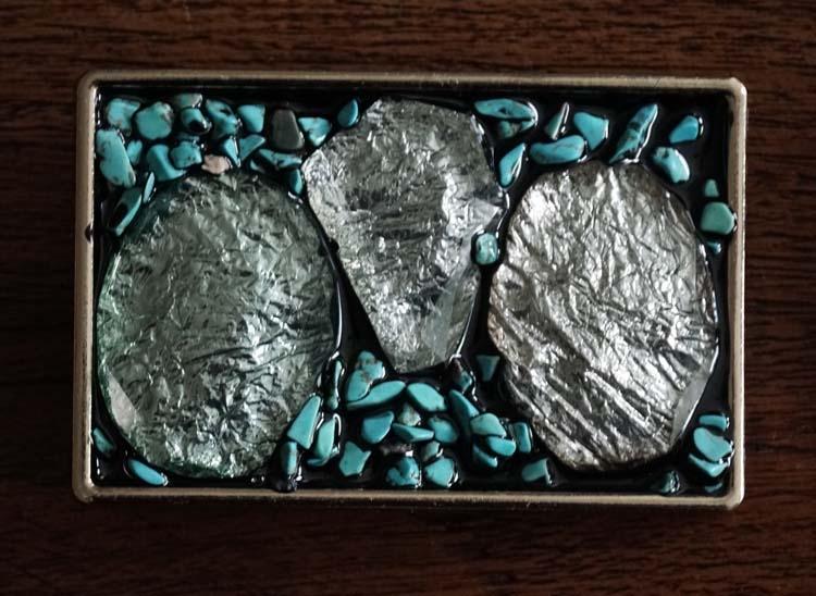 """Buckle """" Zilveren kleurige stenen met turquoise stenen """""""