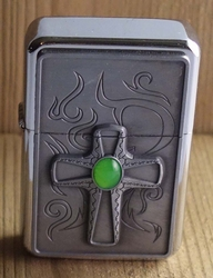 """Aansteker   """" Kruis met groen steen """"   Zilverkleurig"""