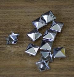 """Studs  """" Piramide """"  Zilver kleurig   set van 10 stuks"""