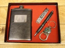 """Geschenkset """" Heupfles, pen, nagelknipper en kompas """" Zwart"""
