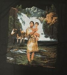 """T-shirt  """" Indiaanse met kind bij rivier """"   Zwart"""